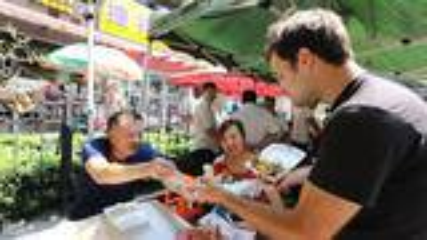【吃货老外】游上海,吃遍全国名小吃