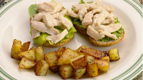 煎鸡胸肉法棍配迷迭香土豆 太阳猫早餐