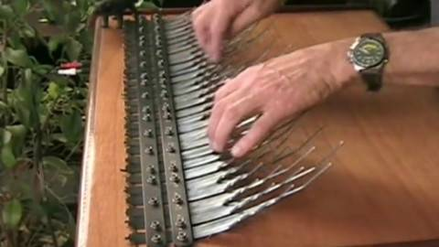 非洲人的钢琴 :安比拉琴(手指钢琴)演奏出如此动人的美妙音乐