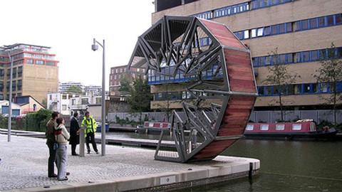 游客等几个小时,不为过桥,只为看它变形