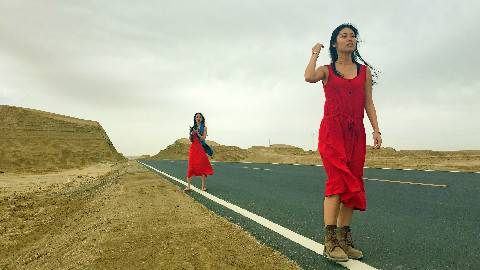 红裙女孩。