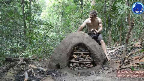 【1080P双语】原始科技:澳洲小哥建造可重复使用的烧制木炭土堆,小哥要变卖炭翁啦!