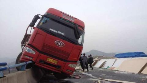 雨天跑高速大货车突然失控小轿车捏了一把汗 吓坏了