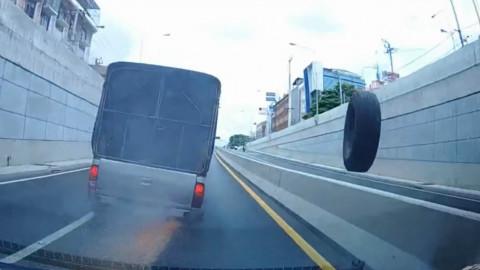 货车过桥洞尴尬一幕惊呆了后车 后轮比前轮跑的还快