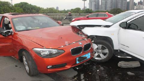又是油门当刹车踩这位女司机撞了四辆车 赔钱扎心的疼