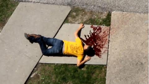 【恶作剧】男子恶搞从朋友家房顶摔了下去,朋友看到现场后被吓得腿都软了