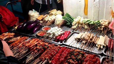 【成都美食】深夜11点成都夜市小吃.....炒面、炒米、烤菜、烤肉