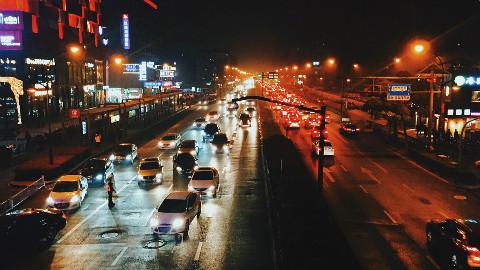 道路交通情况瞬息万变,把握哪些基本原则才能避免发生车祸?