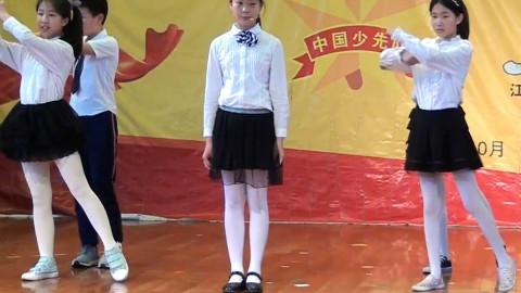 女儿和同学们在台上共同表演节目