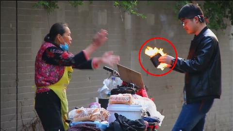 小伙街头买蛋卷,钱包居然3次起火!路人被吓跑