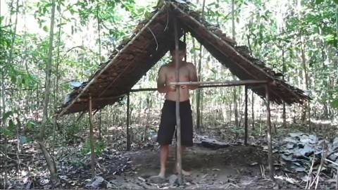 原始的生活:建造一座用树枝围成的篱笆小屋