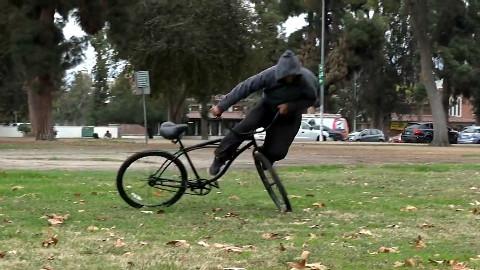 【恶作剧】将自行车用绳子拴在树上恶搞偷车贼,偷车贼被摔的惨不忍睹