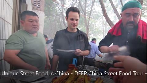 【太好了】常乐到新疆吃街头美食,烤羊腿烤羊排排队排到只剩自己一个,吃了一口就给了10分