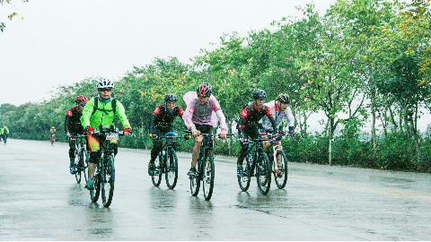 骑行200公里,微雨扑面寒冷刺骨他们都不叫苦!