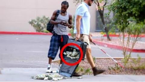街上装作盲人摔落一百万美元现金,路人会作何反应?