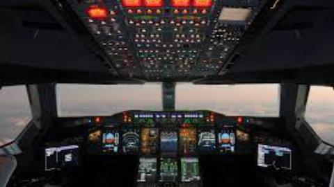 瑞士航班降落上海浦东机场驾驶室内镜头 开飞机可真不容易