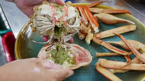 韩国首尔海鲜档,拿半只螃蟹做一份超鲜美的海苔蟹膏炒饭,剩下的蟹肉还能有一碗,肉真多呀!@不霸蛮咯
