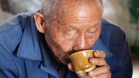 爷爷喜欢喝玉米酒,用30多斤玉米烧出10多斤香浓的玉米酒,爷爷可以喝上一段时间了