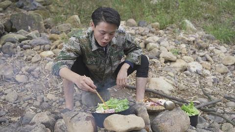 农村小伙说往火锅里加石头,烫出来的猪肉特别嫩,特别好吃!