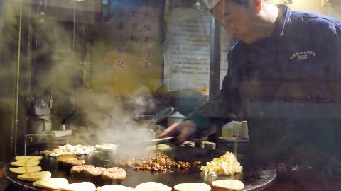 这是我见过最薄的烤五花肉,肉烤100秒就能吃,刷上酱汁儿,滋啦滋啦满嘴香!