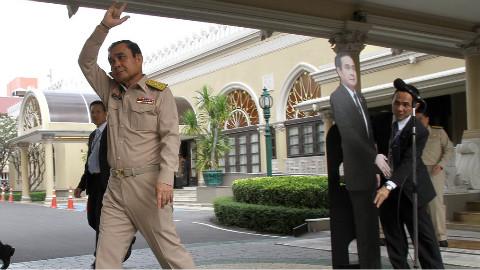 立人形纸板、放录像带!国外政要花式回避记者提问