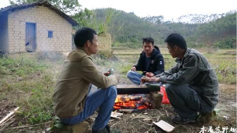 【木易苏野趣】农村小伙用竹子来做捕鱼陷阱,捕到鱼还用竹子打火锅