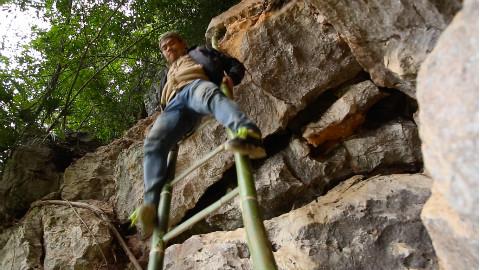 农村小伙自建6米竹筒梯,直通悬崖山洞