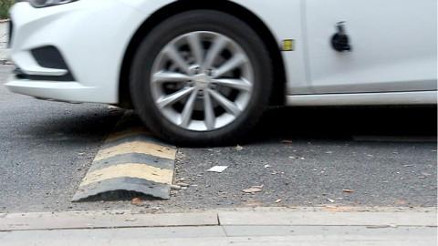 中国特色减速带,毁了多少车,你真的会过减速带吗?
