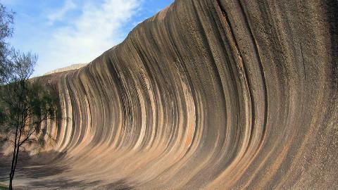 """世界上最""""浪""""的岩石,15米高如同海浪,每年吸引20万游客!"""