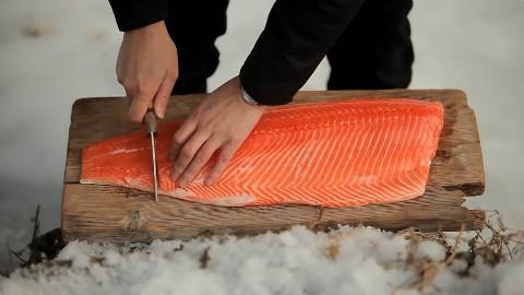 把浸泡好的三文鱼用炭火烤,外皮焦脆肉质细嫩,超好吃!