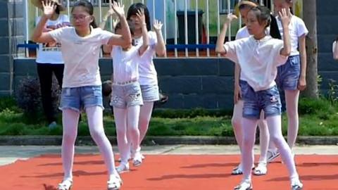 小学女生们在校内给同学表演节目