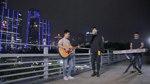 开口跪系列,谷坚翻唱《只是太爱你》戳心歌词配上磁性嗓音,心碎了