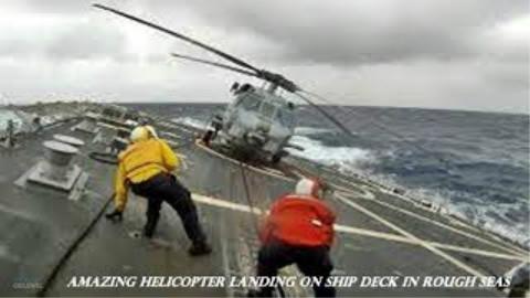 军用直升机在海况不佳的情况下降落在舰艇上