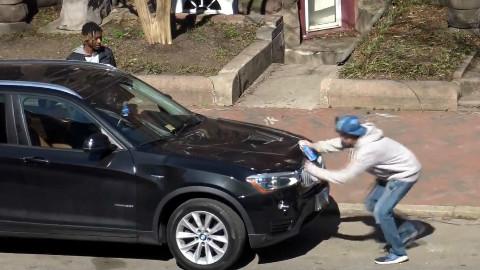 """【恶作剧】小伙街头往路人汽车上""""喷漆"""",被车主狂追几条街"""