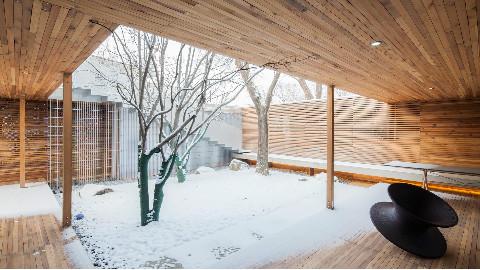 建筑师为自家打造豪宅,室内装电梯,院子多到像逛公园!