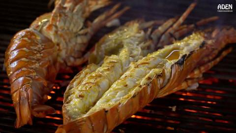 泰国街头4斤重彩虹龙虾,先蒸至半熟,再刷黄油木炭烤熟,肉甜味美一只吃到饱!@不霸蛮咯