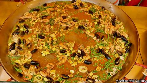 西班牙海港城市,直径120公分的大铁锅,现做现卖最新鲜最美味最实惠的海鲜饭,海鲜吃到腻!@不霸蛮咯