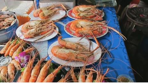 曼谷街头美食:烤肥虾!