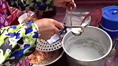 70岁老人街头卖这种小吃,一出锅就被白领抢空
