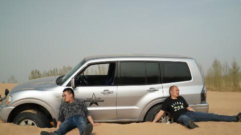 兄弟俩8万块买台二手越野车 开到沙漠后…