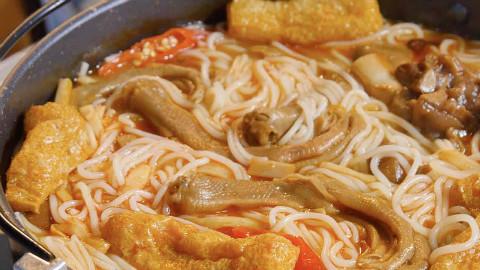 【盗月社】试吃中国最臭的火锅—螺蛳粉火锅!好吃到我吃了2锅!流口水