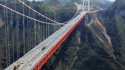 中国造世界最高桥梁,160吨钢架梁斜拉桥200层楼高,横跨峡谷1340米