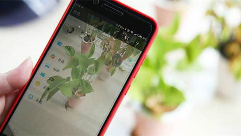 让手机彻底变透明的应用来了,玩微信还能看到路,不怕撞树了