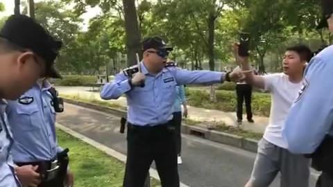 """网友点赞""""教科书级执法""""!这段警察执法视频火了"""