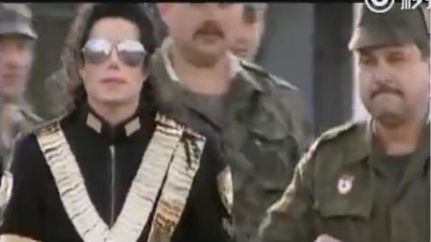 迈克杰克逊25年前到访莫斯科,检阅俄罗斯军队。