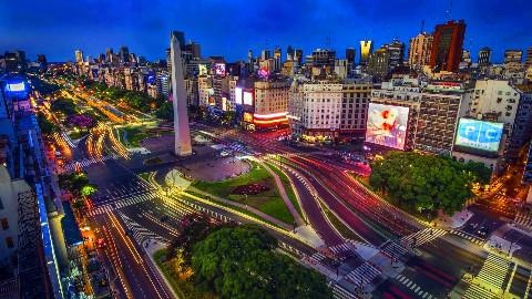 世界上最宽的街道,宽度将近150米,行人过马路要经过两三个红绿灯