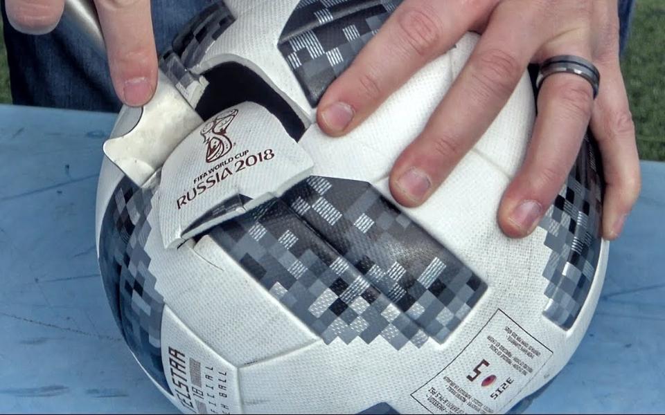 里面有什么:把世界杯足球砸开,里面到底有什么?
