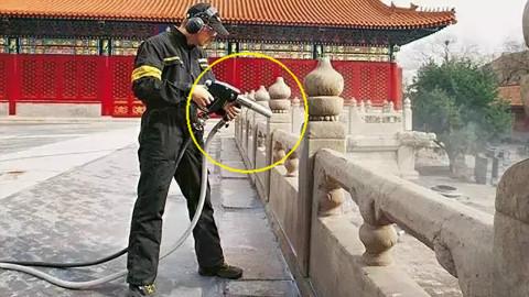 清洗故宫的水枪,不用清洁剂,一冲立刻变干净,这速度看着好舒服