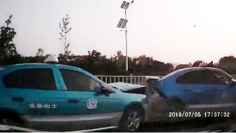 网约车在载客过程中,被多辆出租车围追堵截发生交通事故!