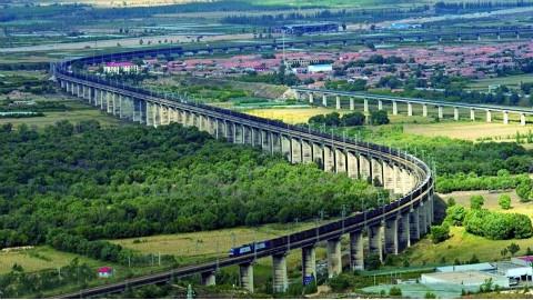 """中国""""最长""""的火车:约4000米长有四个火车头,一眼看不到车尾!"""